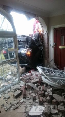 Автомобиль перевернулся и влетел в коридор дома, но страховая фирма утверждает, что срочности никакой нет.