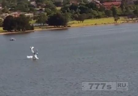 Ужасный момент, небольшой самолет падает в реку в Перте в Австралии.
