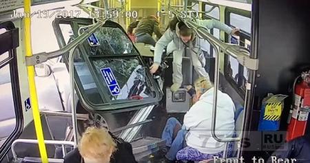 Шокирующий момент пикап врезается в автобус в Нью-Йорке.
