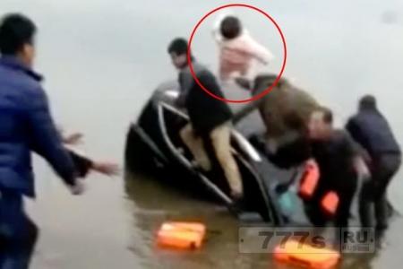 Отчаянный отец бросает ребенка из тонущего автомобиля.