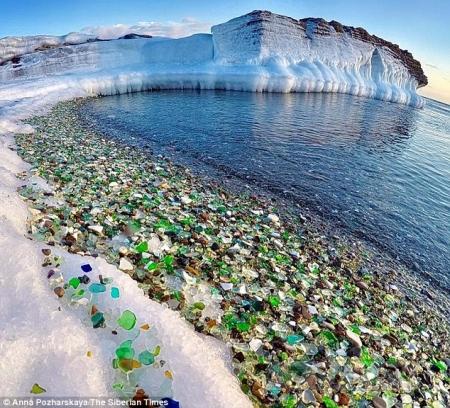 Российский берег, где природа превратила свалку старых бутылок в красочное место.