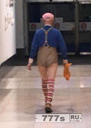 Мужчину выгнали из торгового центра, потому что на нем были слишком короткие шорты.