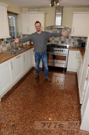 Работник IT компании покрыл пол своей кухни 27.000 однопенсовыми монетами.
