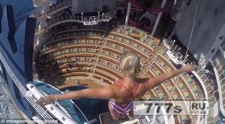 Страшный момент ныряльщица прыгает с 16-метровой платформы в самый глубокий бассейн на круизном судне.