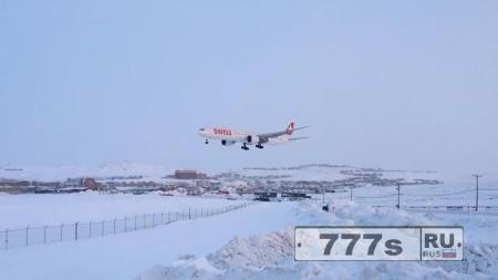 Боинг 777 с 300 пассажирами был вынужден совершить аварийную посадку на заснеженную взлетную полосу.