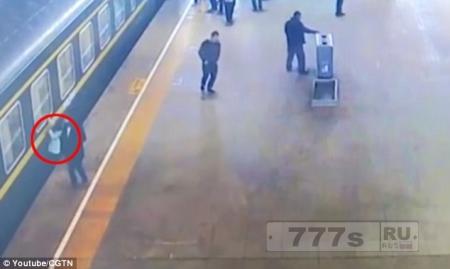 Драматический момент, девочка на перроне падает под поезд, ее спасают пассажиры.