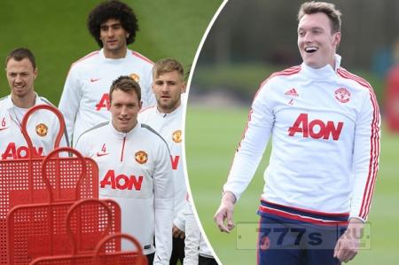 У звезды «Манчестер Юнайтед» Фила Джонса украли драгоценности из раздевалки.