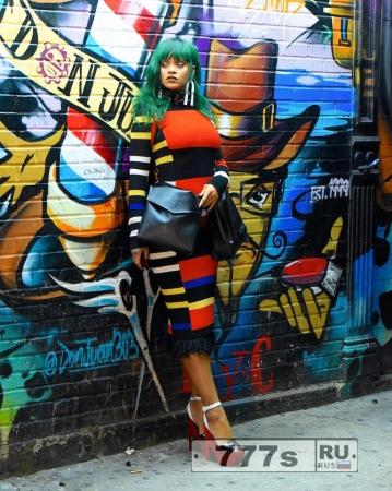 Рианна демонстрирует новую зеленую прическу для новой фотосессии.
