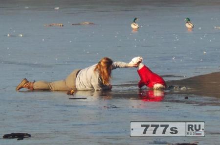 Женщина ползет через опасное замерзшее озеро, чтобы спасти своего песика, который проволился под лед.
