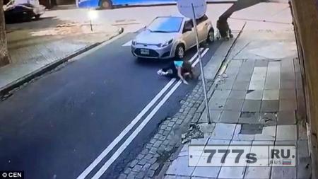 Шокирующий момент, женщину с коляской сбивает машина на «зебре».