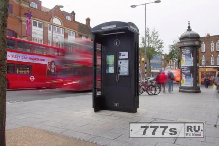 Лорд Алан Шугар занят в Лондоне заменой красных телефонных будок черными.