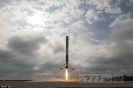 Ракета SpaceX Элона Маска приземляется на мысе Канаверал после доставки груза на МКС.