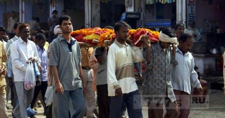 Возвращение из мертвых индийского подростка по дороге на собственные похороны.