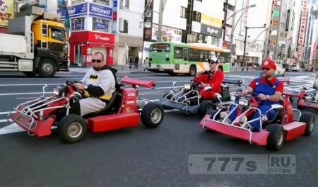 Марио карт гонки на улицах в Японии.