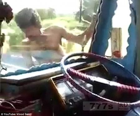 Сумасшедший водитель грузовика вылезает из своей кабины ... смотрите сами.