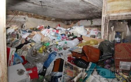 В Полтаве спасли старика из под мусорных завалов.
