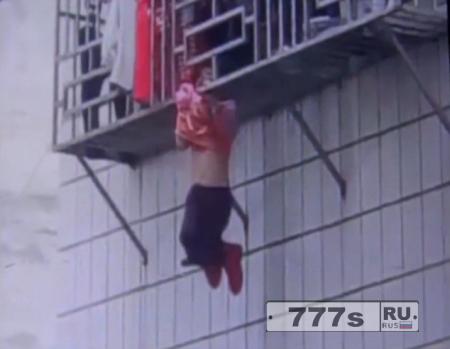 Девочка выпала из окна четвертого этажа и застряла зацепившись шеей между панелями.
