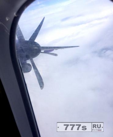Один из пассажиров зафиксировал момент отключения двигателя самолета.