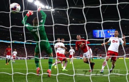 Златан Ибрагимович подколол «Арсенал» после победы в Кубке футбольной лиги.