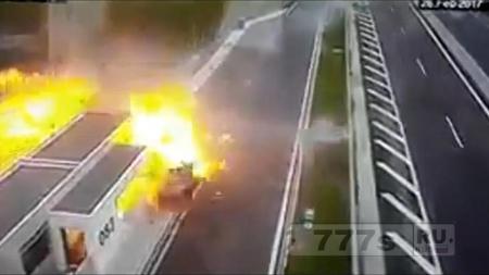 Сын миллионера погиб сам и убил трех других, когда его Porsche врезался на скорости 120 миль в час.