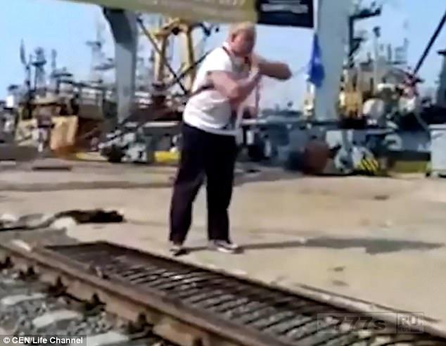 Российский пауэрлифтер тянет 312-тонный кран, используя только свои плечи.
