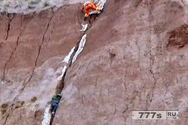 Мальчика, попавшего в щель, спасли после падения с 90-метрового утеса.