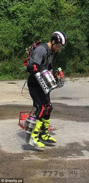 Изобретатель сделал реактивный скафандр, который может нести его со скоростью несколько сотен миль в час.
