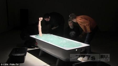 Голый перфоманщик ложится в ванну и его закапывают в битые стекла ...