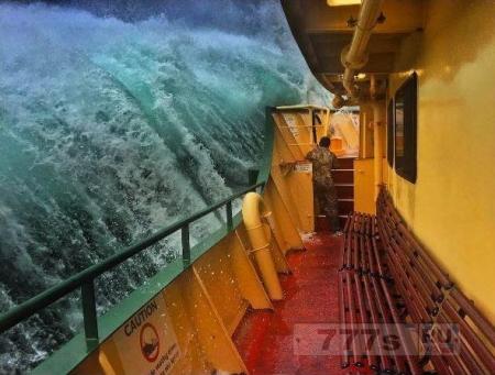 Хладнокровный матрос, как всегда, спокоен когда огромная волна готова поглотить судно.