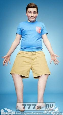 Подросток демонстрирует уникальное умение, разворачивать ноги назад.