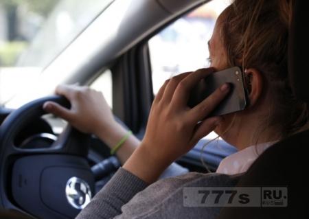 Водитель такси возглавляет список водителей с позорными привычками во время езды.