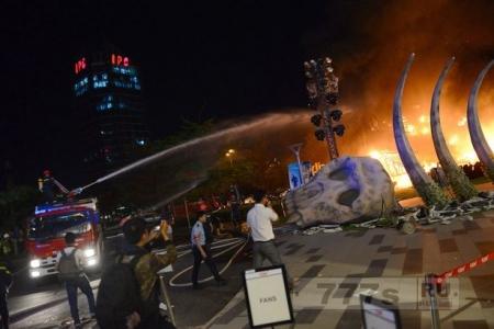 Огромная 5-метровая модель Кинг-Конга загорелась на премьере фильма, но зрители думали, что это часть шоу.