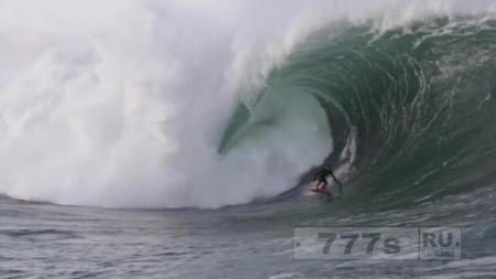 Видео показывает, как серфер Конор Магуайр поймал гигантскую волну у берегов Ирландии.