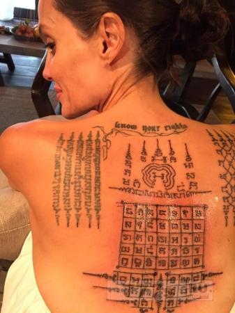 Анджелина Джоли сделала татуировку у тайского монаха для «защиты» её связи с Брэдом Питтом.