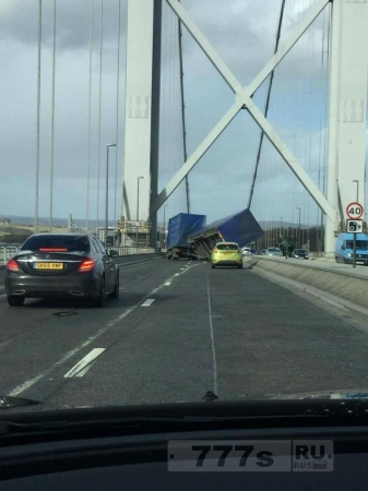 Хаос, грузовик перевернуло ветром 29 м/сек.