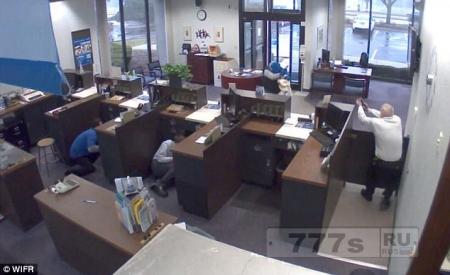 Охранник банка в США застрелил грабителя в маске.