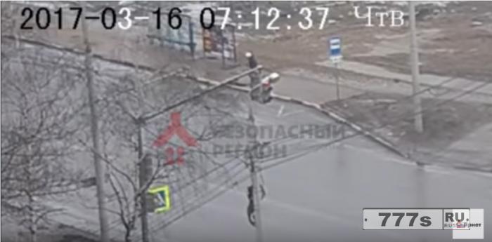 Ничего не подозревающий мужчина провалился в провал ожидая автобус в Ярославле.