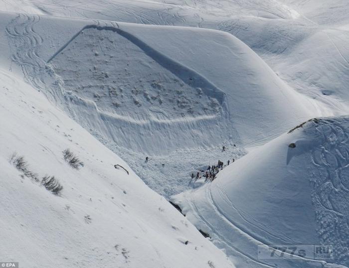 Ужасающая гигантская стена льда обрушилась на группу лыжников в Австрии, оставив двух мужчин мертвыми.
