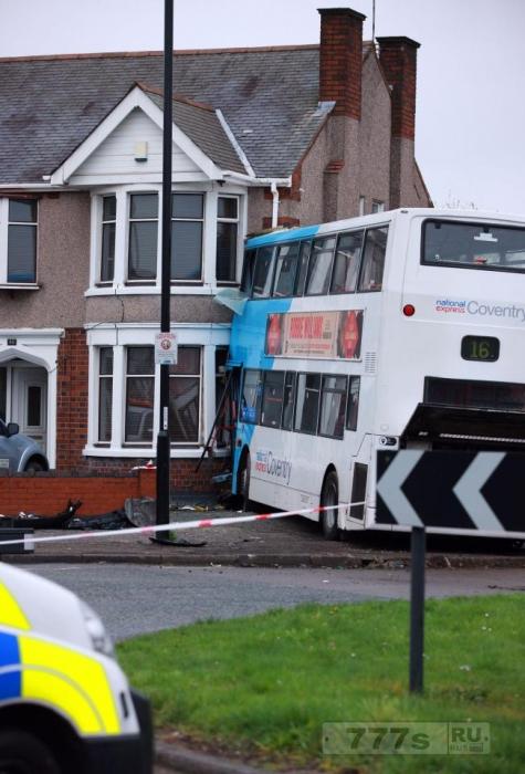 Двухэтажный автобус врезался в дом в утренний час пик – четверо получили ранения.