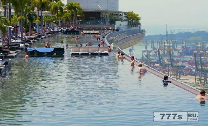 Этот пейзажный бассейн на крыше размером в три Олимпийских бассейна.