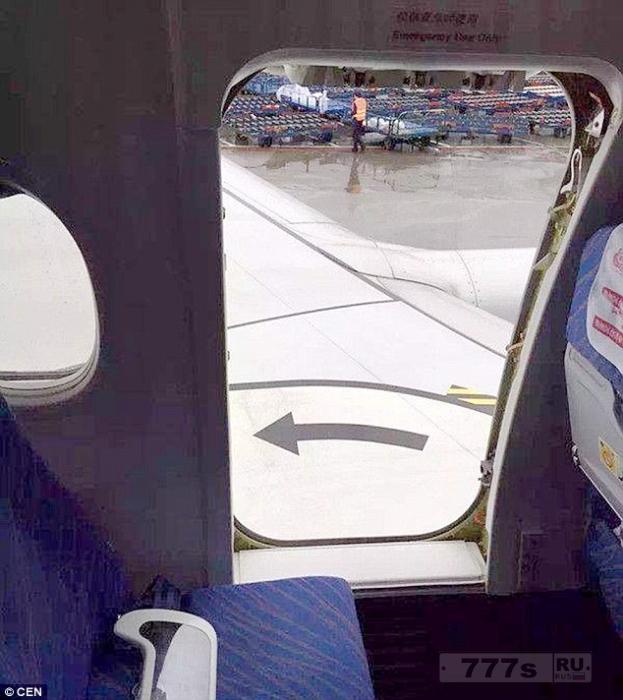 Пассажиры кричат в панике, когда дверь в самолете, перевозившего футбольную команду открылась перед взлетом.
