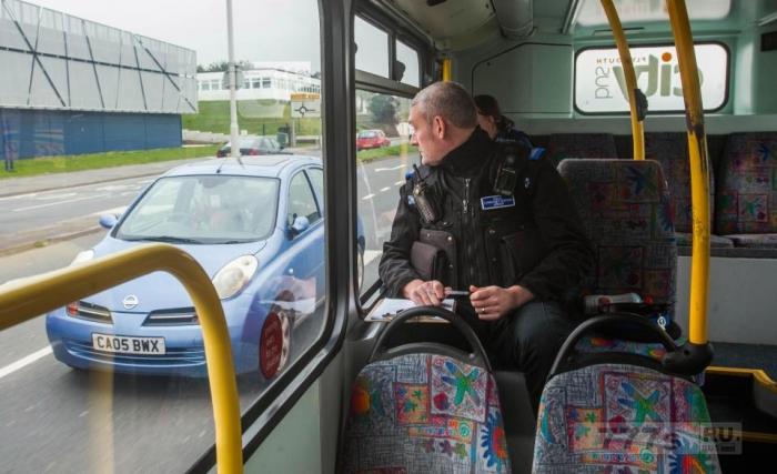 Ушлые полицейские сидят на втором этаже автобуса засекая водителей, использующих мобильные телефоны.