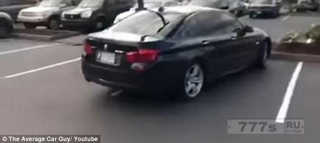 Разъяренный водитель Джипа заталкивает плохо припаркованный BMW на место для парковки.