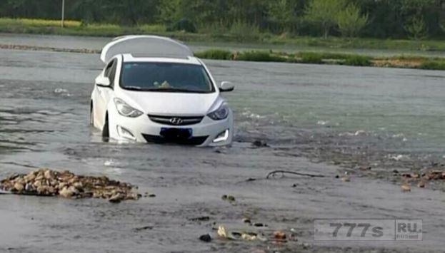 Автомобилист стал посмешищем после того, как его навигатор завел машину в середину реки.