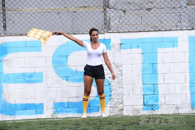 У бразильских футболистов появился новый кумир - потрясающей боковой арбитр Дениз Буено ...