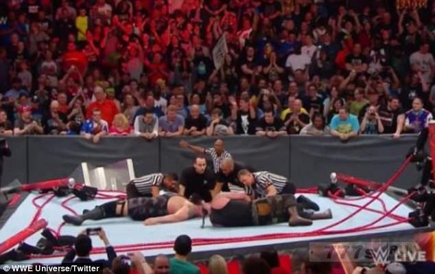 Невероятный момент два самых мощных борца версии WWE разломали ринг.