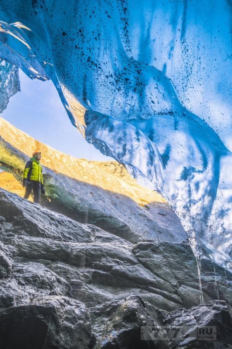 Потрясающие фотографии невероятного природного феномена Исландии – ледяные пещеры.