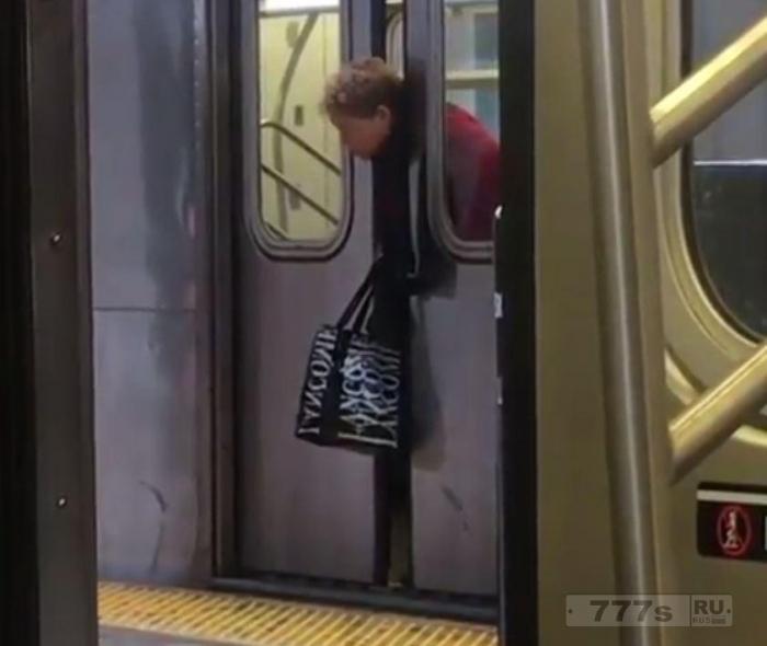 Шоковый момент, женщина застряла головой в дверях поезда метро, но людям в метро Нью-Йорка наплевать.