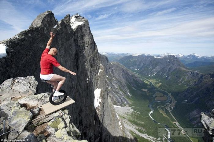 Вот фотографии самых смелых туристов (осторожно, могут быть неприятные ощущения).