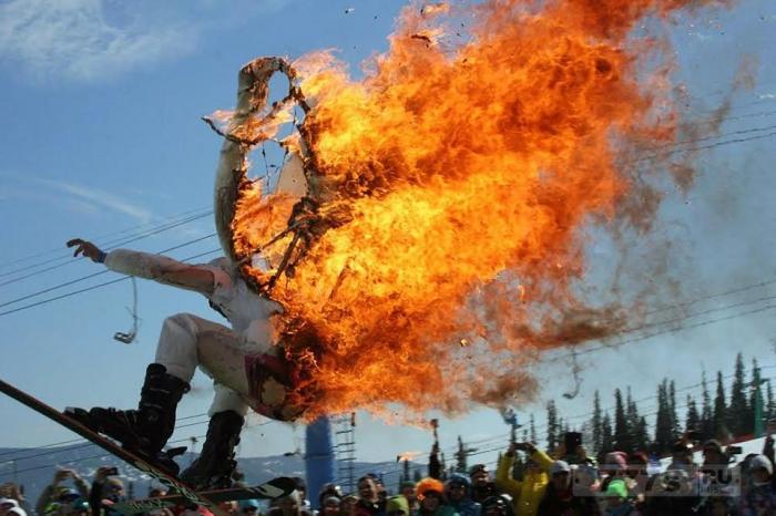 Смельчак рискует своей жизнью всего за 20.000 рублей, приняв участие в странных лыжных соревнованиях.